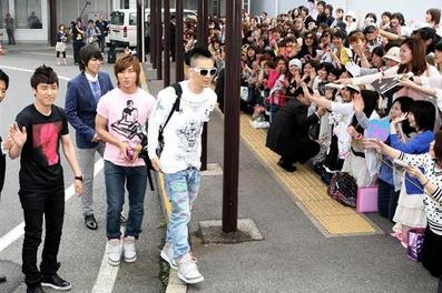 BIGBANGに歓声を上げる沿道のファンら.PNG