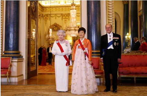 エリザベス女王と朴クネ.PNG