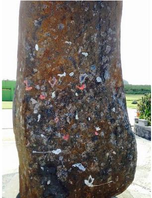 ガムが付けられたバンザイクリフの慰霊碑.PNG
