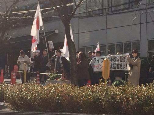 サザン所属事務所・アミューズ前で抗議行動.PNG