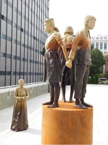 サンフランシスコ市の慰安婦像.PNG