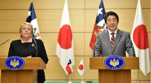 チリのバチェレ大統領と安倍晋三.PNG