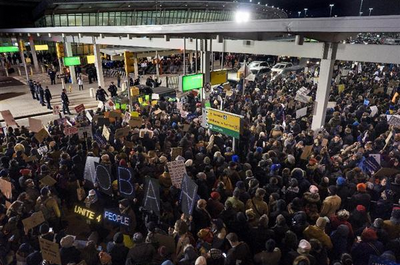 ニューヨークのケネディ国際空港で抗議する人々.PNG