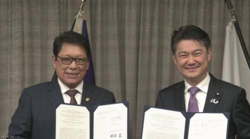 フィリピンのベリヨ労働雇用相と山下貴司.PNG