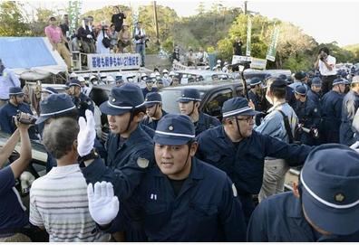 ヘリパッド建設に反対する人々を規制する警察官ら.PNG