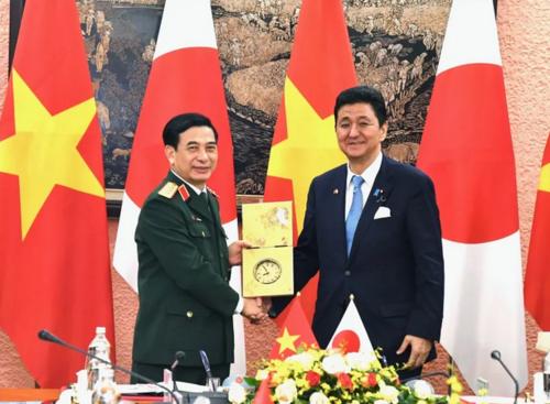 ベトナムのファン・バン・ザン国防相と岸信夫.PNG