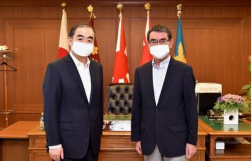 中国の孔鉉佑駐日大使と河野太郎.PNG
