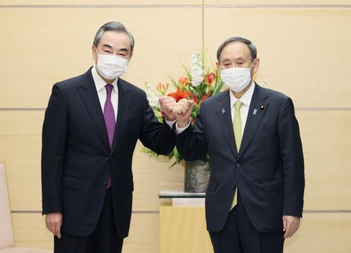 中国の王毅国務委員兼外交部長と菅義偉.PNG