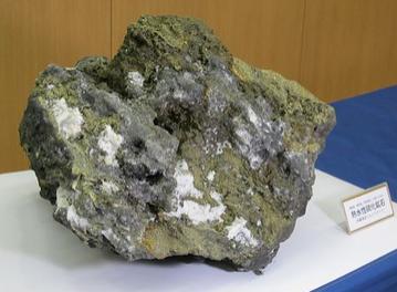 久米島沖の海底からサンプル採取した鉱石.PNG