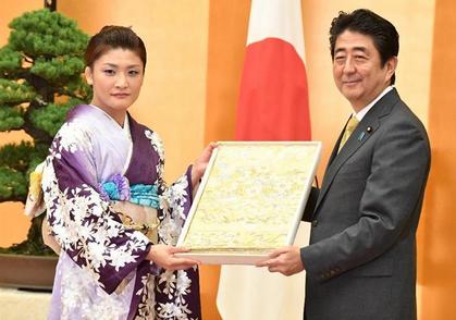 伊調馨・国民栄誉賞・着物.PNG