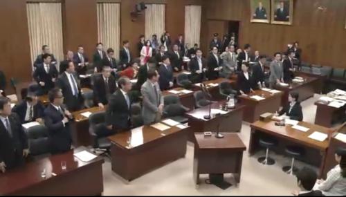 会社法修正案・起立総員.PNG