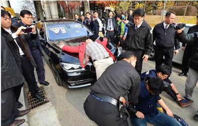 加藤達也前ソウル支局長を乗せた車が抗議デモ団に囲まれた.PNG