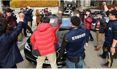 加藤達也前ソウル支局長を乗せた車が抗議デモ団に囲まれた1.PNG
