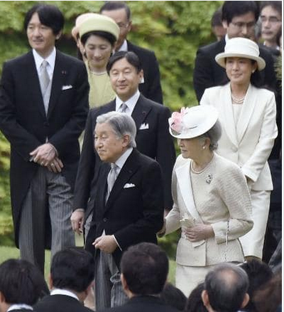 天皇陛下と美智子様(中央).PNG