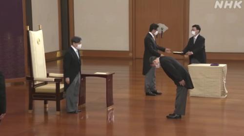 天皇陛下と菅義偉・認証式.PNG
