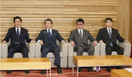 安倍晋三(左)・閣議.PNG