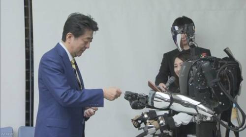 安倍晋三とロボット.PNG