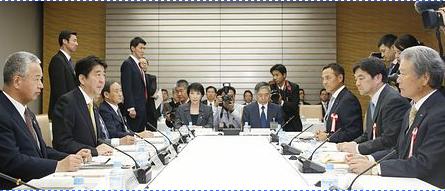 安倍晋三首相(左から2人目).PNG