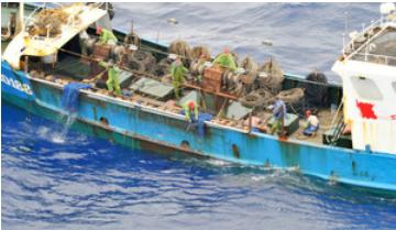 密漁船とみられる中国漁船.PNG