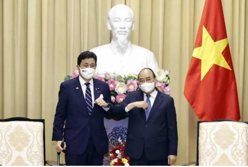岸信夫とベトナムのグエン・スアン・フック国家主席.PNG