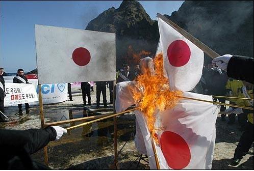 日の丸を燃やす韓国part2.PNG