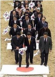 日の丸を踏む韓国.PNG