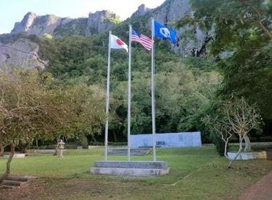 日本政府が建立した「中部太平洋戦没者の碑」(奥).PNG