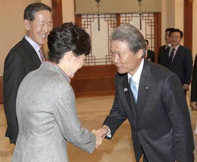 朴槿恵と経団連の榊原定征会長.PNG