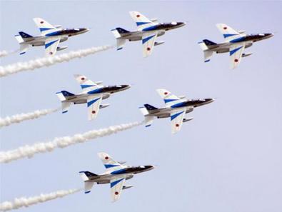 東北六魂祭で展示飛行するブルーインパルス.PNG