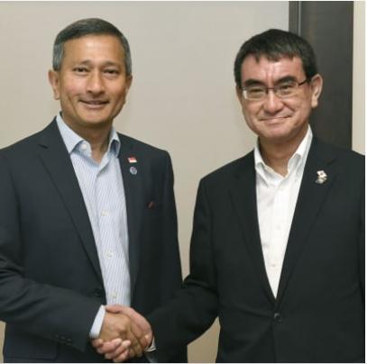 河野太郎(右)・シンガポール.PNG