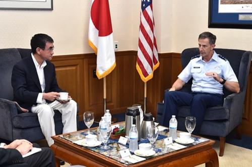 河野太郎とシュナイダー在日米軍司令官.PNG