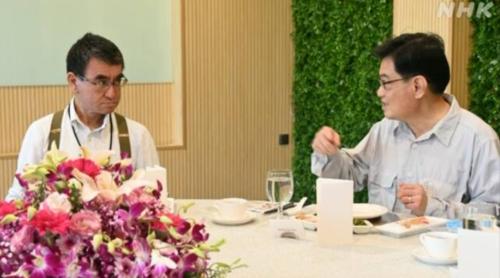 河野太郎とシンガポールのヘン副首相.PNG