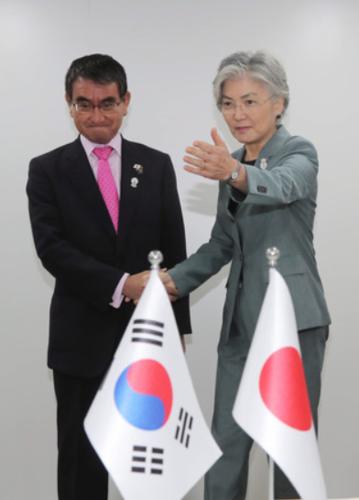 河野太郎と韓国の康京和外相・ホワイト国.PNG