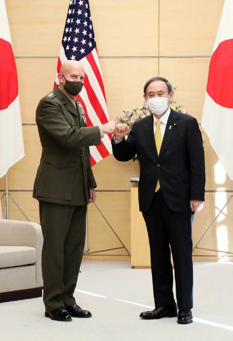 米国のデビッド・バーガー海兵隊総司令官と菅義偉.PNG