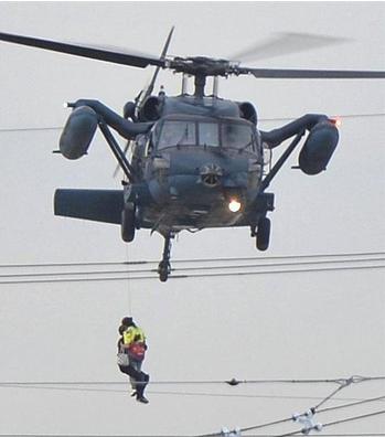 自衛隊のヘリで救助される住民.PNG