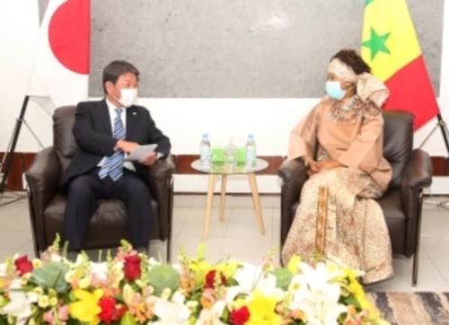 茂木敏充とセネガルのサル外務大臣.PNG