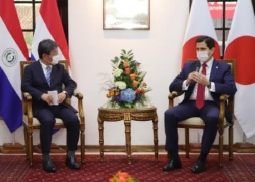 茂木敏充とパラグアイのゴンサレス外務大臣.PNG