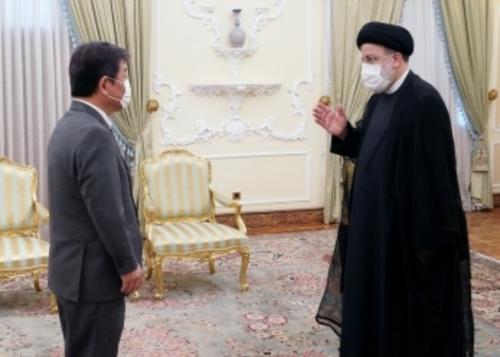 茂木敏充とライースィ・イラン大統領.PNG