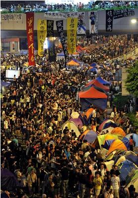 香港政府庁舎前の幹線道路に集まった多くのデモ参加.PNG